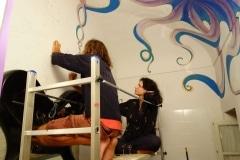 07. Al lavoro sugli affreschi nel bagno dei locali comuni