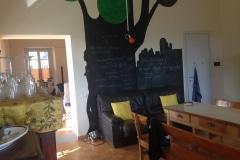 13. La cucina con l'albero-lavagna