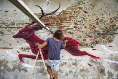 06. Graffiti nel cortile. Foto Max Ferrero